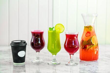 limonade fraîche fraîchement pressée avec des fruits sur fond clair Banque d'images