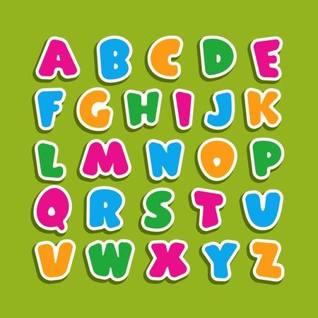 Alfabeto para niños en el estilo de dibujos animados. Fuente infantil con letras rosas, azules, amarillas y verdes. Ilustración de vector sobre fondo verde.