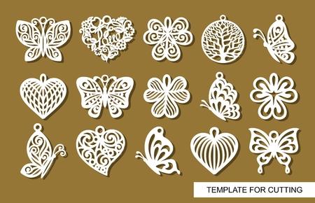 Zestaw ozdobnych zawieszek. Dekor w kształcie ażurowych motyli, liści koniczyny, okrągłych serc i koronkowych serc. Szablon do cięcia laserowego, rzeźbienia w drewnie, cięcia papieru lub drukowania. Ilustracje wektorowe
