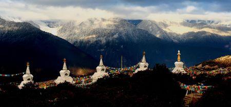 stupas: cinque santi stupa di fronte Meili neve montagna cina Archivio Fotografico