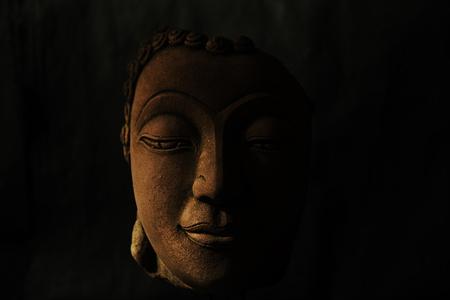 cabeza de buda: Buddha head on black background Foto de archivo