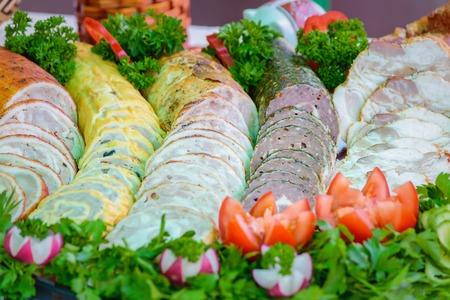 carnes y verduras: muy bien servida con embutidos en rodajas, adornado con verduras y hortalizas