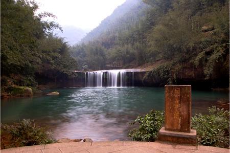 turismo ecologico: Cuatro orificios ranura cascada Foto de archivo
