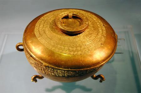 Die alten chinesischen Gold-Beh�lter Editorial
