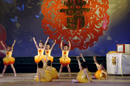 theatrical: Spring Festival theatrical performances Editorial