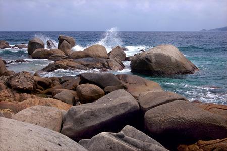 turismo ecologico: Las olas y las rocas Foto de archivo