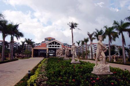 turismo ecologico: Paisaje con vista al jard�n y la escultura