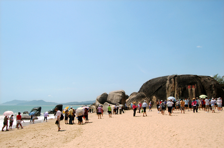 turismo ecologico: Nature scenery view at the beach side with tourists