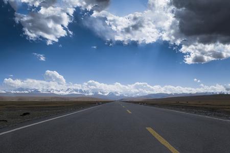 xinjiang: autoroute Prairie dans le Xinjiang Banque d'images