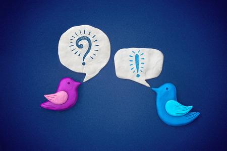 Uccelli simbolo conducono sul dialogo con l'altro. Plastilina illustrazione.