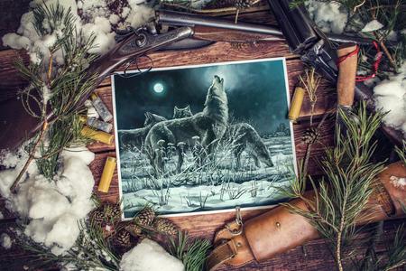 イラストは、主題環境の中で月に遠吠えするリーダーと夜のオオカミの群れを描いています。