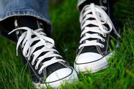 スニーカー: 緑の草にスニーカーのペア