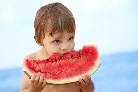 Junge essen Wassermelone