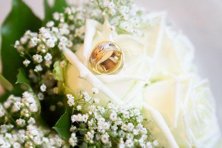 weddingrings: wedding rings on the bouquet Stock Photo