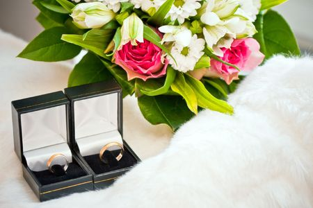 unity small flower: wedding rings in the boxes