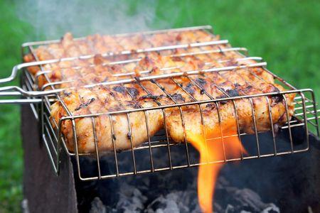 쇠 격자: grilled chicken in barbecue grate 스톡 사진