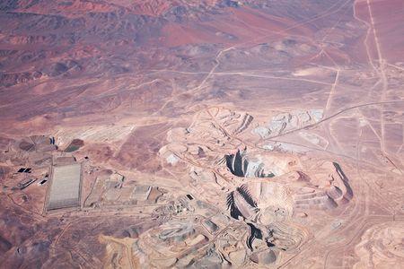 foso: Vista a�rea de cielo abierto mina de cobre en el desierto de Atacama, Chile