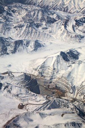 cape mode: Aerial view of Tagebau abbauen unter Schnee in der Atacamaw�ste, Chile Lizenzfreie Bilder