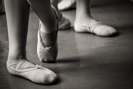 pies bailando: piernas en zapatillas de ballet