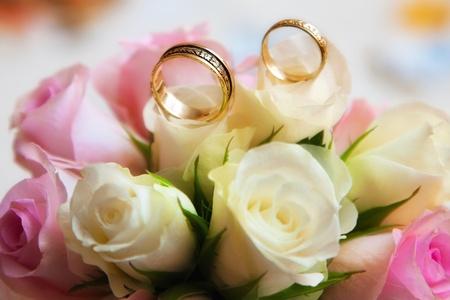 casados: anillos de boda con bouquet Foto de archivo