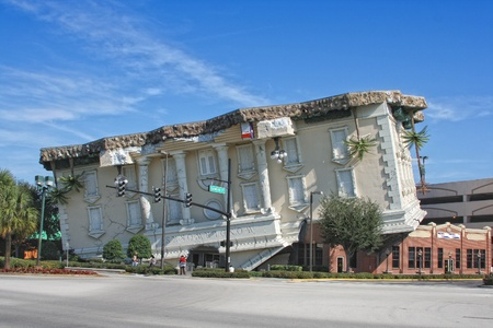 topsyturvy: ORLANDO, FLORIDA, USA - NOVEMBER 12, 2007 - View on upside-down Wonderworks building is a fun-loving museum