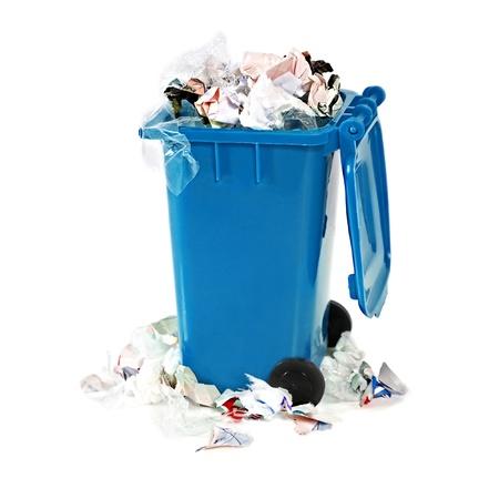 basura: desbordante bin basura azul