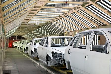 asamblea: coches en una fila en la planta de autom�viles