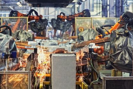 asamblea: robots en una f�brica de coches Foto de archivo