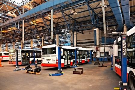 motorbus: PRAGA, REP�BLICA CHECA - 28 de septiembre: Jornada de puertas abiertas en la Compa��a de Transporte P�blico de Praga en la Depot Hostivar el 28 de septiembre de 2011 en Praga
