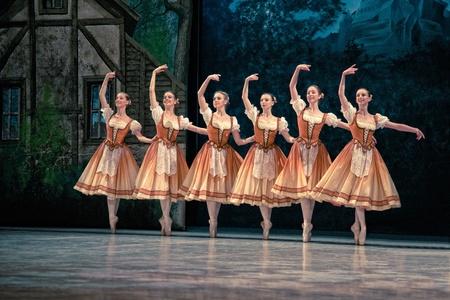 PRAGUE, RÉPUBLIQUE TCHÈQUE - 6 avril: Le Ballet de l'Opéra d'Etat de Prague ensemble présente la version traditionnelle de Giselle, le 6 avril 2011 à Prague Banque d'images - 10925501