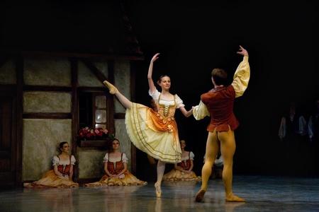 PRAGUE, RÉPUBLIQUE TCHÈQUE - 6 avril: Le Ballet de l'Opéra d'Etat de Prague ensemble présente la version traditionnelle de Giselle, le 6 avril 2011 à Prague Banque d'images - 10925489