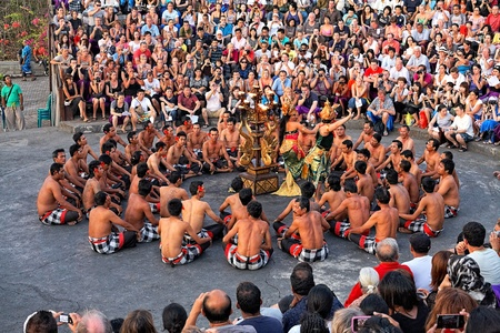 발리, 인도네시아 - 월 25 일 : 또한 사원 울루 와뚜, 발리, 인도네시아에서 라마야나 원숭이 성가로 알려진 발리 Kecak 댄스