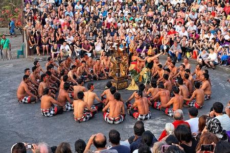BALI, INDONESIË - OKTOBER 25: Balinese Kecak-dans ook bekend als de Ramayana Monkey Chant bij tempel Uluwatu, Bali, Indonesië