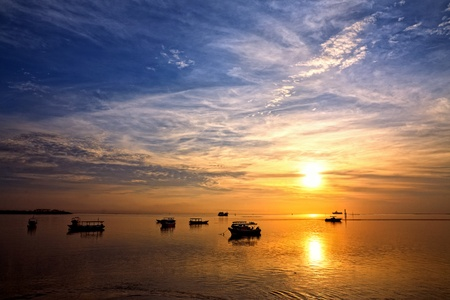 zonsopgang boven vissersboten op Bali