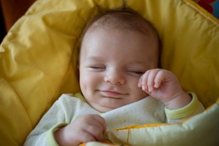 enfant qui dort: dormir en souriant le nouveau-né Banque d'images