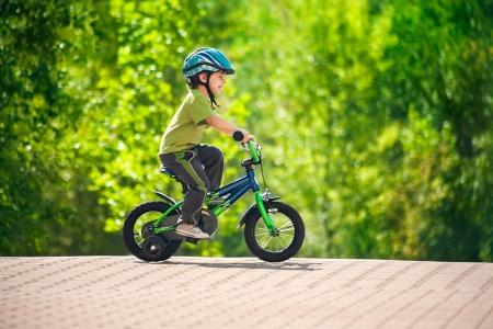 jongen in een helm rijden fiets Stockfoto