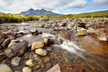 黒クイリン リッジ、スカイ島、スコットランドを表示します。