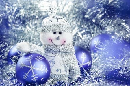 Kerst achtergrond met sneeuwpop en ballen