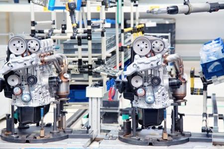 montaje: la fabricaci�n de piezas para el motor de coche Foto de archivo