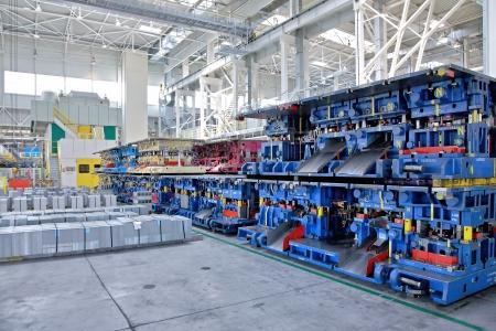 asamblea: estampaci�n l�neas de piezas de autom�viles peque�os en una planta Editorial