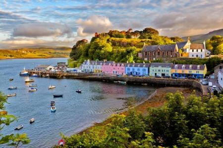ポートリーに日没、スカイ島、スコットランドの前に表示します。 報道画像
