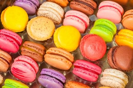 frans: traditionele franse kleurrijke macarons in een rijen in een doos