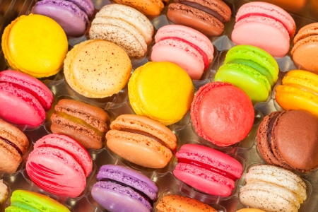 traditional french colorful macarons in a rows in a box Standard-Bild