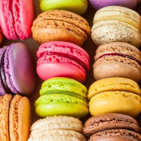 traditionele Franse kleurrijke macarons in rijen Stockfoto