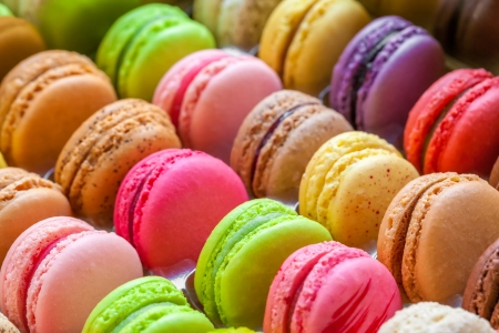traditional french colorful macarons in a rows in a box 版權商用圖片