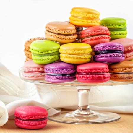 유리 케이크 전통적인 프랑스 다채로운 마카롱 나무 테이블에 서 스톡 콘텐츠