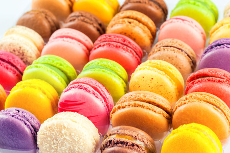 traditional french colorful macarons in a rows in a box Banque d'images