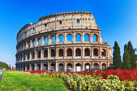 Rome, イタリアの花と古代のコロシアム 写真素材