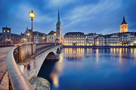 bekijken op Fraumunster Kerk en Kerk van St Peter 's nachts, Zürich, Zwitserland Stockfoto