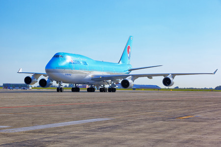 boeing 747: Korean Air Boeing 747 va allo stand di parcheggio a Vaclav Havel Editoriali
